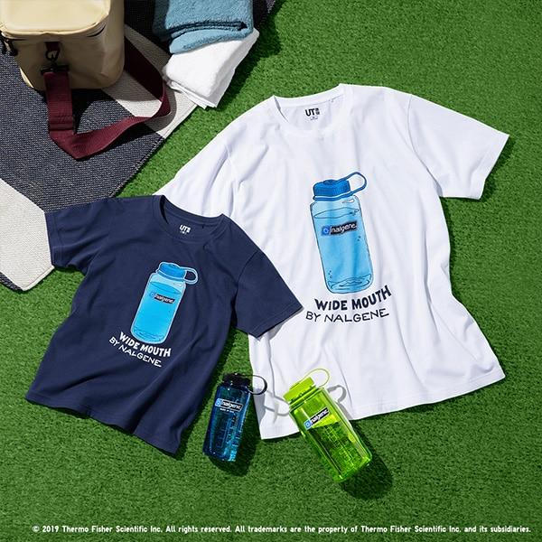 Una maglietta bianca e una azzurra con l'immagine di altrettante borracce azzurre Wide Mouth della Nalgene.