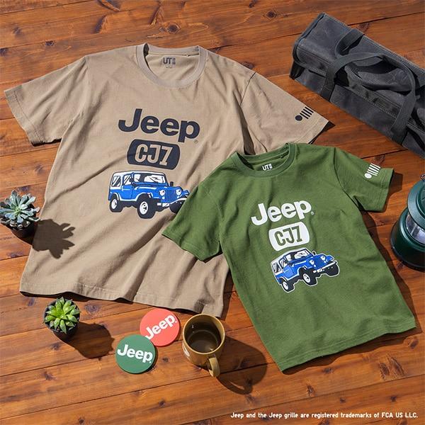 Stese su un pavimento cosparso di oggetti, due magliette - una beige e una verde - con la stampa di una Jeep CJ7.