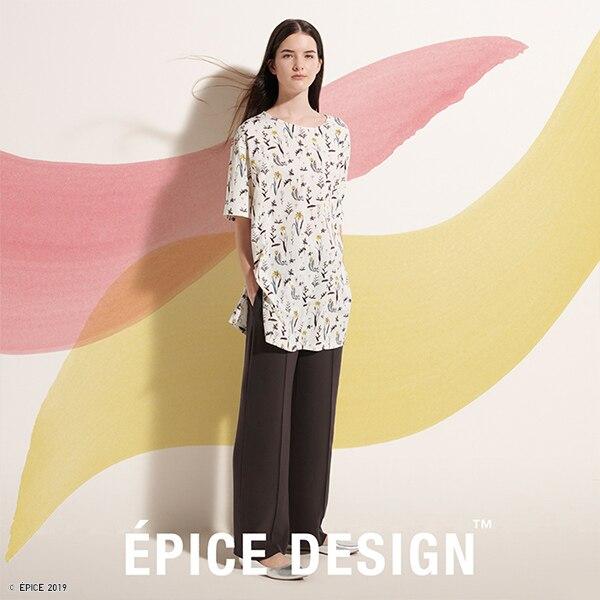 Una donna indossa una maglietta larga, con stampa floreale e a mezze maniche.